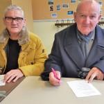 Hans und Klaus Feustel (v.l.) lösen eifrig das Spanien-Quiz am Tag der offenen Tür der BTO in Spandau.
